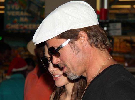 Brad Pitt a Angelina Jolie nakupují dárky v nákupním centru v namibijském Windhoeku