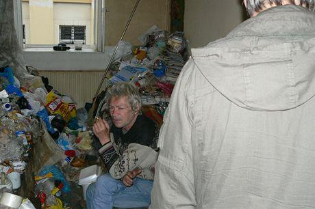 Nepořádek v bytě v ulici 9. května v Táboře, v němž bylo osm kontejnerů odpadků.