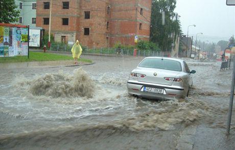 Takhle to vypadalo 2. července 2009 v táborské ulici Údolní. Čtvrthodinový přívalový déšť tu způsobil spoušť.