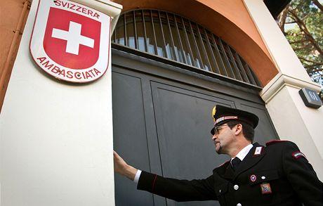Italský strážník zvoní na švýcarskou ambasádu v Římě, kde explodoval balíček s bombou (23. prosince 2010)