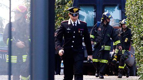 Italská policie a hasiči na dvoře švýcarské ambasády, kde explodovala výbušnina (23. prosince 2010)