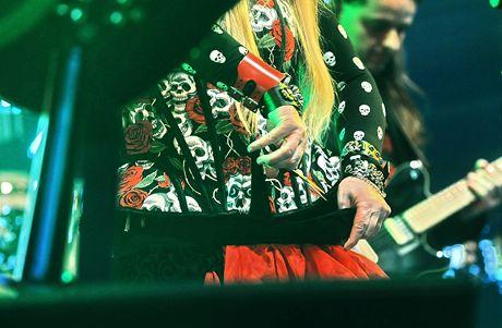 Polská zpěvačka Maryla Rodowicz si kostým upravila jedním střihem přímo na pódiu