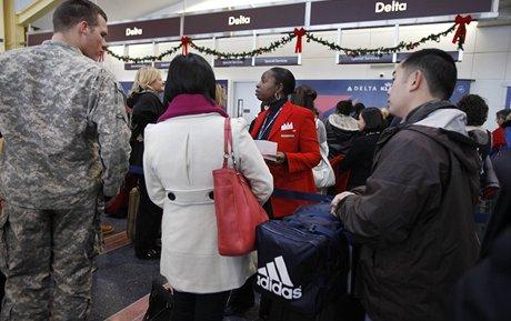 Kvůli sněhové bouři se cestující na východním pobřeží USA nedočkali svých letů.