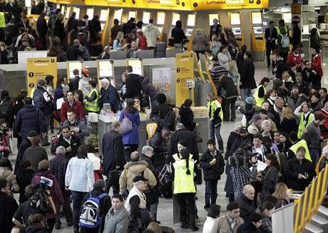 Cestující čekající na zrušené nebo zpožděné lety na letišti ve Frankfurtu nad Mohanem