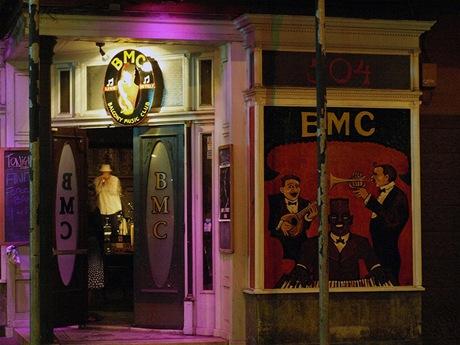 Bluesový večer vjednom zmnoha podniků dennodenně nabízejících živou hudbu