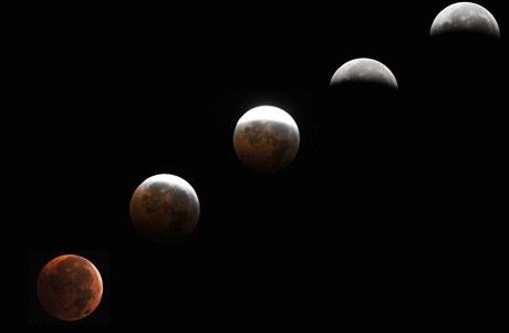 Kombinovaný snímek pěti fází zatmění Měsíce v americkém Marylandu. (21. prosince 2010)