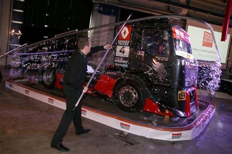 Závodní tahač Renault týmu MKR Technology, uzavřený v největší mýdlové bublině světa.