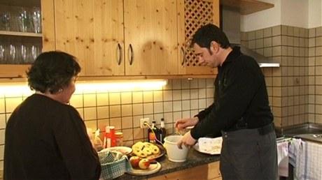 Do misky rozklepněte tři celá vejce, přidejte ingredience podle receptu a začněte šlehat