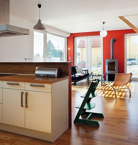Pohled od kuchyně na obývací prostor