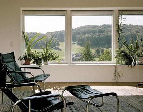 V obývacím pokoji rodině stačí jen základní účelné vybavení, jeho hlavní ozdobou je výhled do krajiny