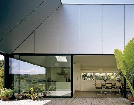 trium se otevírá na západní stranu a vzhůru do střechy. Posunutím velké prosklené stěny vnitřní prostor domu přímo přechází v exteriér.