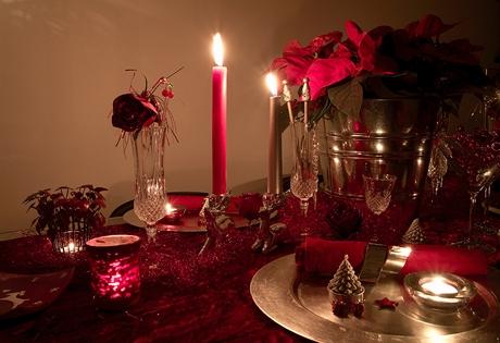 Na vánočním stole letos dominuje červená barva