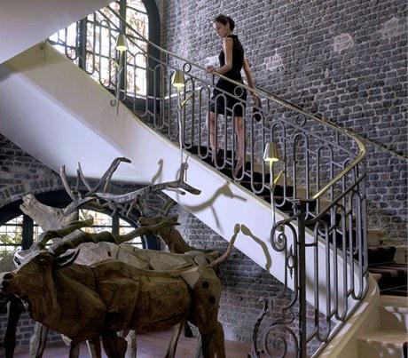 Do prostoru pod schodištěm vypustil Starck celé stádo jelenů