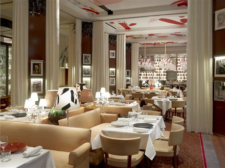 Hotelem kráčely dějiny v roce 1947 v něm sedm týdnů přebýval Ho Či Min během konference ve Fontainebleau