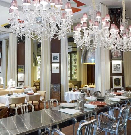 Pro Starcka typické klasické lustry s moderními stínidly nechybí ani v hotelové restauraci