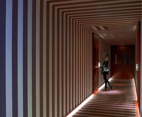 Psychadelické pruhované hotelové chodby v sobě nezapřou inspiraci filmy režiséra Stanleyho Kubricka, především jeho posledním snímkem Eyes Wide Shut