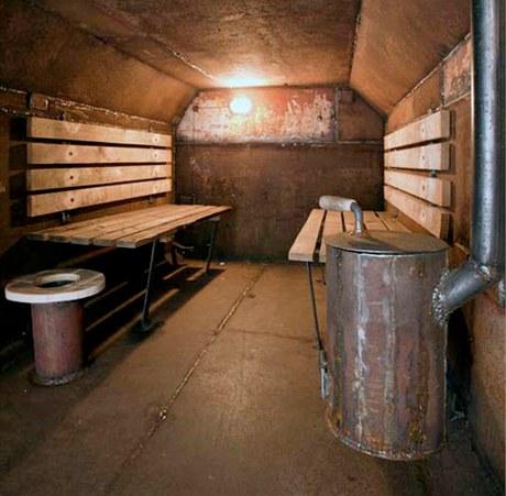 Kabina Vostok je zařízena velmi skromně. Součástí vybavení je improvizovaná toaleta, prosté lavice a ručně vyrobená kamna na dřevo