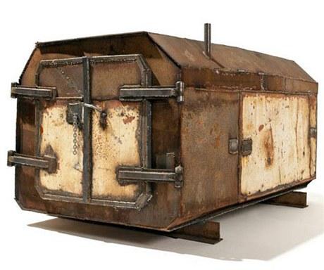 Kabinu Vostok postavilo nizozemské studio Atelier Van Lieshout z ocelových plechů z vraků lodí