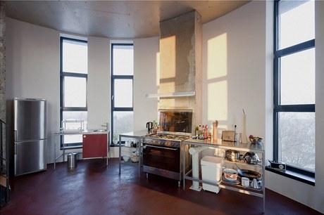 Kuchyň je celá zařízená jednoduchým nábytkem z IKEA