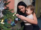 Malá Nicola Tůmová strojí stromeček s maminkou Michaelou.