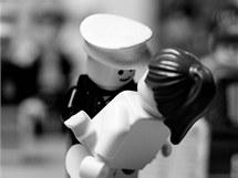 Classics in Lego: Americký námořník líbá zdravotní sestru na Times Square poté, co prezident Truman oznámil kapitulaci Japonska.