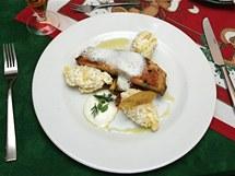 Filé z kapra lysce s bylinkovou pěnou, ratatouille s cherry rajčátky a lehký bramborový salát s citronovým olejem.