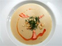 Jemný rybí krém z třeboňských kaprů s pošírovaným lososem a máslovými krutónky.