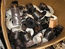 Celníci našli padělky za pět milionů, trhovci jim propíchli pneumatiky.
