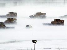 Uklidit sníh na letišti ve Philadelphii muselo vyjet několik vozidel