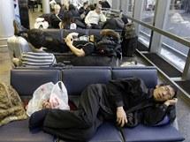 Vyčerpaní cestující čekají na své spoje na Šeremeťjevově letišti v Rusku