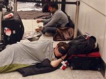 Britská letiště sužuje sníh a mráz, mnoho cestujících nemohlo odletět (20. prosince 2010)