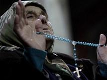 Kosovská katolička při půlnoční mši v Prištině (24. prosince 2010)