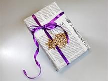 Vánoční dárky originálně zabalené do starých novin