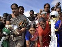 Pozůstalí obětí ničivého tsunami v Asii si připomínají katastrofu.