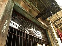 Nenápadný vstup do Preservation Hall, bývalého lokálu, kde začínal Louis Armstrong
