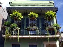 Typické balkony plné květin ve French Quarter