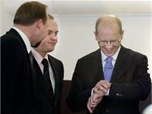 Jeroným Tejc, Michal Hašek a Bohuslav Sobotka (všichni ČSSD) před hlasováním Sněmovny o důvěře vládě Petra Nečase. (21. prosince 2010)