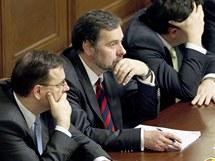 Petr Nečas a Radek John před hlasováním Sněmovny o důvěře vládě. (21. prosince 2010)