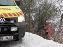Nehoda auta do křoví u Velichovek na Náchodsku
