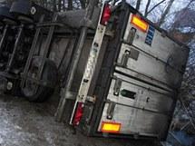 Nehoda kamionu s cigaretami u Lázní Bohdaneč
