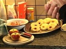 Jablka oloupejte, zbavte jadřince a nakrájejte na silnější kolečka