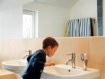 Koupelna v patře je ve světlých  přírodních odstínech