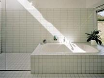 V interiéru převažuje bílá barva – v pokojích sádrokartonové stěny a stropy, v koupelnách jednoduchý bílý obklad