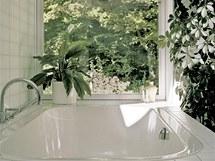 Jednoduchost a čistota se projevuje i v konstrukčních detailech – osazení skleněných ploch a obkladů