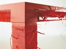 Stůl Undici zdobí plastové trubičky