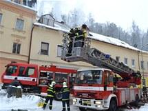 Hasiči likvidují požár střechy autoservisu v Březové u Karlových Varů.