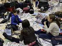 Zoufalí cestující čekají na londýnském letišti Heathrow (21. prosince 2010)