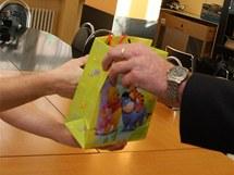 Zlínští policisté předali primáři Jozefu Mackovi náušnice pro holčičku, která byla odložena do babyboxu.