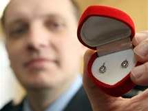 Pavel Nesvadba předal primáři Jozefu Mackovi náušnice pro holčičku, která byla odložena do babyboxu.