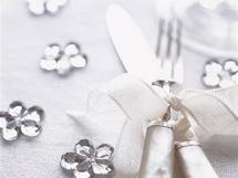Hlavním doplňkem stolování ve stylu Provence jsou bílé či křišťálové hvězdičky či kytičky
